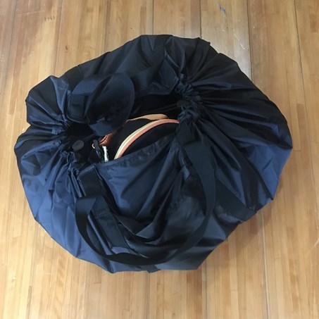 無印良品の「絞るだけで包めるポケッタブルバッグ黒」がママバッグ、エコバッグ、おもちゃ収納に使えて便利